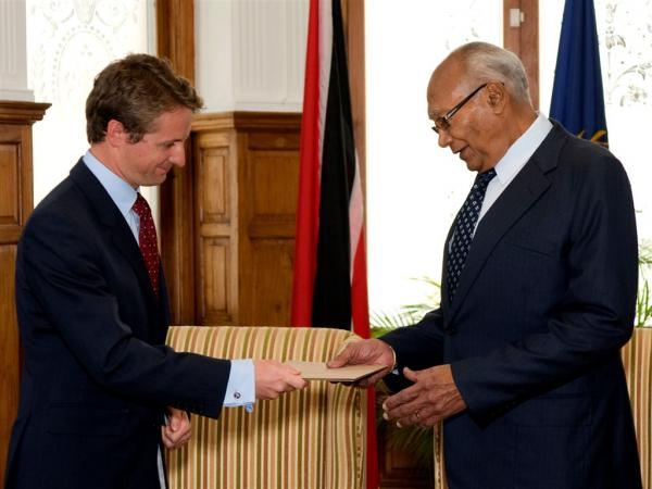 President George Maxwell Richards receives the credentials from British High Commissioner to Trinidad and Tobago H.E. Arthur Snell.